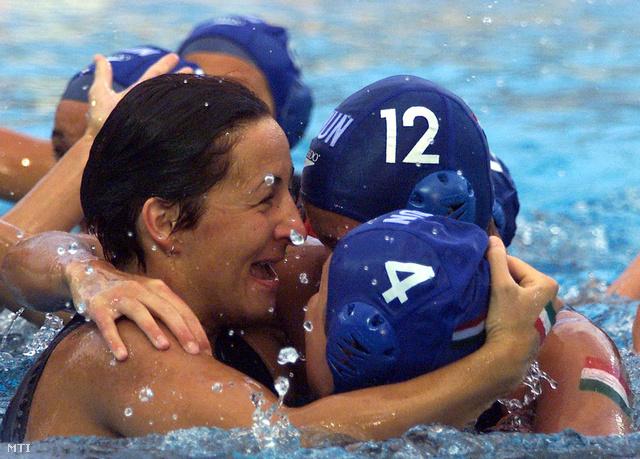 Sipos Edit (b) Primász Ágnes (előtérben jobbról) és Kisné Dancsa Katalin a margitszigeti Hajós Alfréd uszodában rendezett Vízilabda Európa-bajnokságon, 2001. június 23-án.
