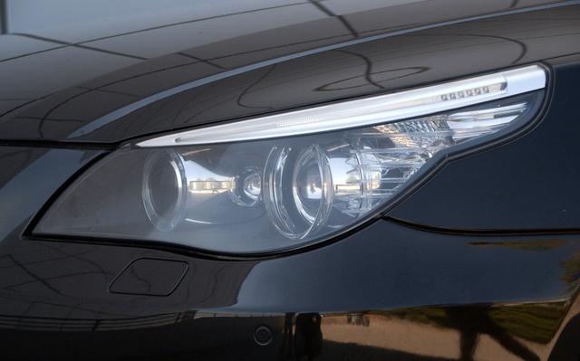 Mattul a műanyag fényszóróbura, bár nem olyan látványosan, mint az E39 első generációjánál