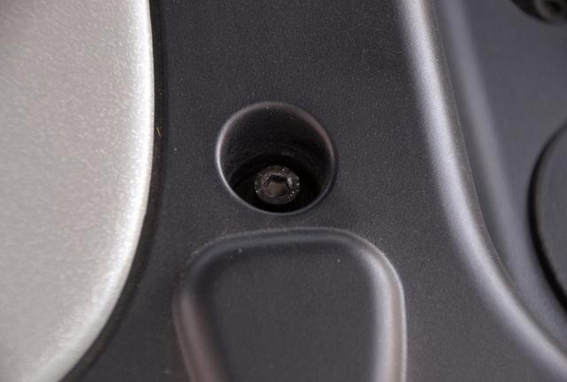 A motorburkolat csavarjai sem viselik nyomát a sok le-fel szerelésnek