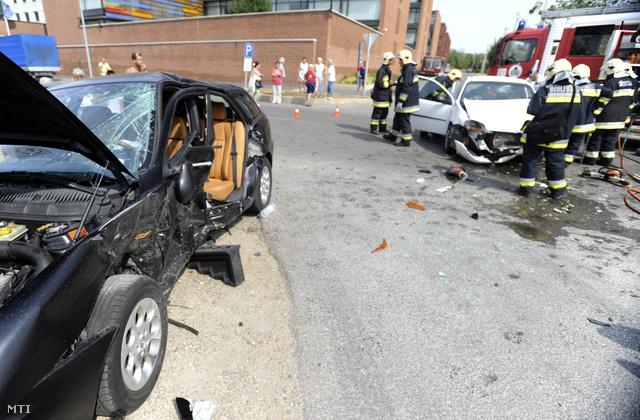 Közlekedési baleset helyszíne a XVIII. kerületi Igló utca és a Forgó utca kereszteződésében ahol két személyautó ütközött össze.