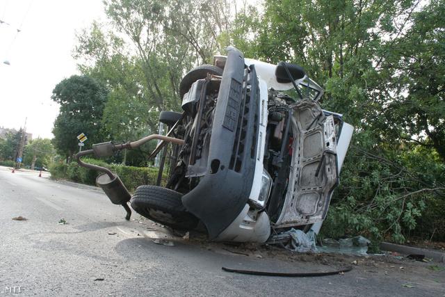 Felborult teherautó a XIV. kerületi Egressy téren.
