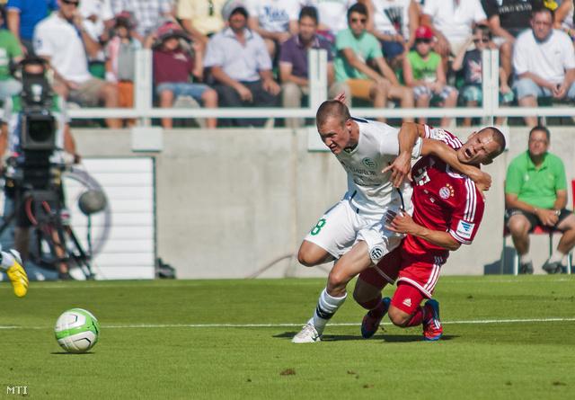 A győriek labdarúgója, Lang Ádám (b) és a német csapat játékosa, Xherdan Shaqiri