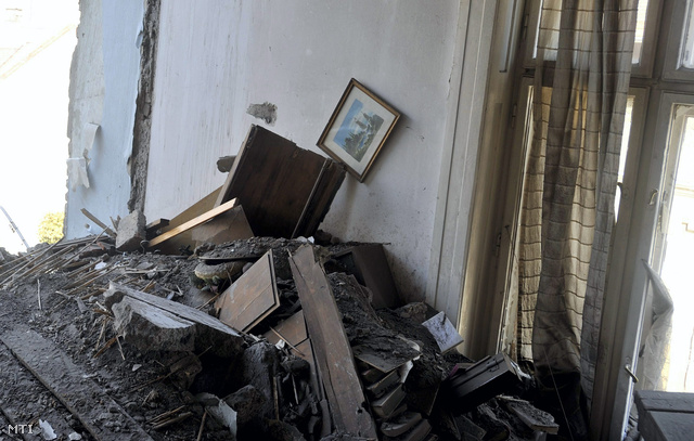 A robbanásban megsemmisült egyik lakás romjai