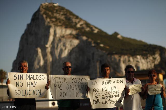 Spanyol munkások tiltakozó akciója a Gibraltári szikla és a brit fennségterület határa előtt. Ha Spanyolország illetéket szedne a határon és a reptereken, az megnehezítené a területen ingázó munkások megélhetését.
