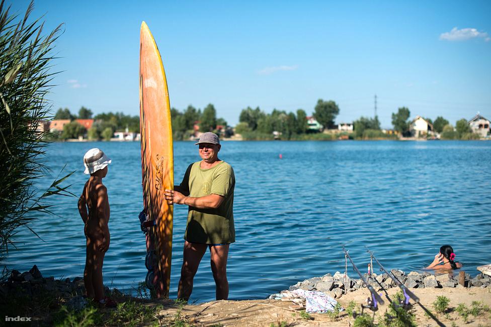 """A víz a legmelegebb napokban úgy 27 fokos volt. A tó a Közép-Duna-völgyi Vízügyi Igazgatósághoz tartozik mint víz, de az állam kivonult jogilag a terület kezeléséből. """"A kavicsbányászat szükségszerű végeredménye egy új tájelem, a tó, amelyet ma még nem kezelünk értékének megfelelően"""" - írják Szigetszentmiklós 2011-ben elkészült környezetvédelmi programjában. Ebben az áll, hogy a tó oxigéntartalma jó, a növényvédőszer mennyisége határérték alatt van, nehézfémet nem mutattak ki, összességében jó a fizikai-kémiai állapot."""