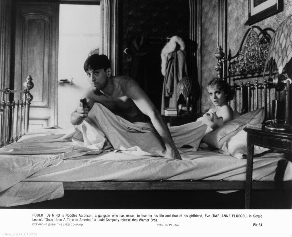 Darlanne Fluegel színésznővel a Volt egyszer egy Amerika című filmben, 1984-ben. Ez a film volt Sergio Leone rendező Amerika-trilógiájának (Volt egyszer egy Vadnyugat, Egy marék dinamit, Volt egyszer egy Amerika) harmadik része. De Niro és James Woods New York zsidónegyedében felnőtt utcagyerekek, akikből természetesen maffiózók lesznek. Az eredeti verzió közel négyórás, Amerikában a rendező bánatára csak egy rövidebb változatot mutattak be.
