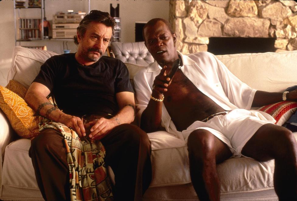 De Niro 99 (!) filmjébe szerencsére egy Tarantino-mozi is belefért. A kissé alulértékelt Jackie Brown-ban azonban nem elegáns, öltönyös maffiafőnököt, hanem piti bűnözőt alakít. Szexjelenetük Bridget Fondával pedig felejthetetlenül lehangoló.