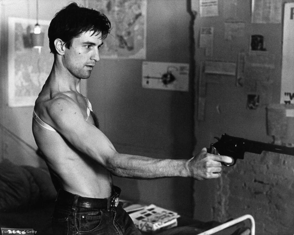 Egy másik klasszikus, a Taxisofőr 1976-ból. Scorsese filmjében Travis Bickle-t alakította, a frusztrált vietnami veteránt, aki taxisofőrként dolgozik. A film Arany Pálmát nyert a Cannes-i Filmfesztiválon. Bár sokak szerint ez volt élete legjobb alakítása, ezért a szerepért nem kapott Oscart. A hetvenes évek második felében egyébként  minden évben nyerhetett volna, annyi nagyszerű szerepe volt. Ráadásul ebben az évben született első gyereke, Raphael.