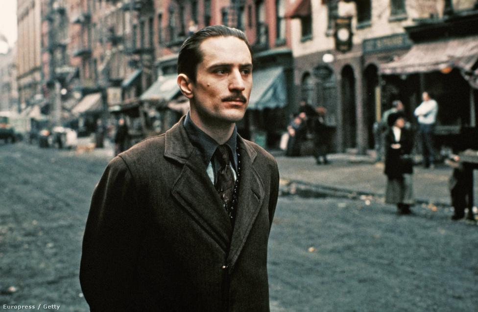 1974-ben, a Keresztapa 2 forgatásán. Francis Ford Coppola filmjét a közönség és a kritika is imádta,  kultusza a mai napig töretlen, De Niro pedig elnyerte vele az első Oscar-díját. Ő játszotta a fiatal Vito Corleonét, míg Marlon Brando az idős maffiafőnököt. Mindketten Oscart kaptak, egyedülálló módon ugyanannak a személynek az eljátszásáért.