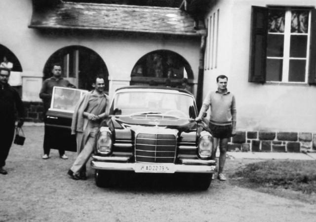 Hétvégi szolgálati küldetésen                         a BM-es fecske-Mercedesszel