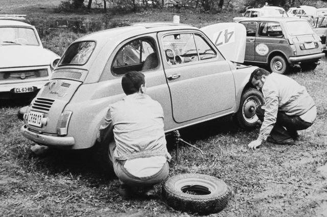 Depó a pázsiton. Meglepő autókkal  versenyeztek akkoriban, jobbra hátul például egy Honda N600-as