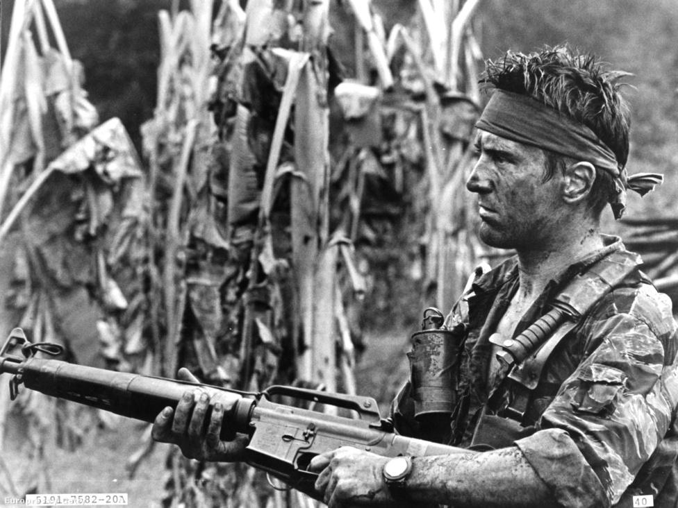 """1978, A szarvasvadász és egy újabb Oscar-jelölés. Michael Cimino filmje három barát sorsán keresztül mesél a vietnami háború pusztításáról. Bemutatásakor nagy felháborodást váltott ki, a szocialista országokban tiltólistára is került. Manapság egyike a """"minden idők legjobb filmjei"""" listák állandó szereplőinek. Megérdemelten: megrázó, kegyetlen film, amin nem fogott az idő."""
