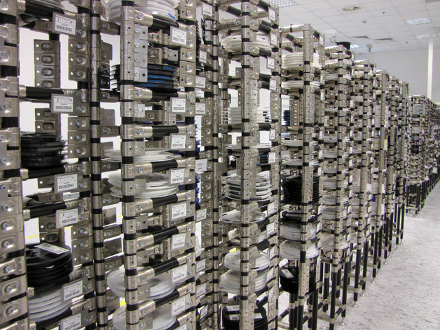 A terembe belépve először ezeket a tárakat látja az ember, ahol az orsós magnó szalagjaihoz hasonló módon felcsévélt szalagokon várnak a kis IC-k, ellenállások, diódák és társaik a beépítésre