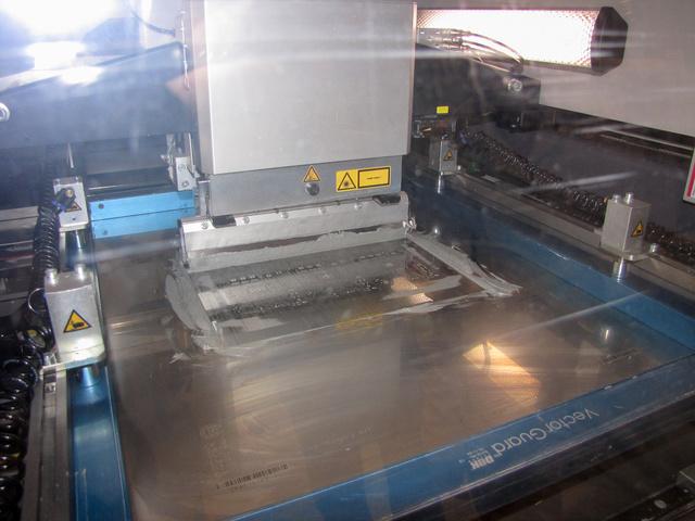 A legelső fázisban egy sablon segítségével speciális hegesztőpasztát kennek a hármasával érkező nyomtatott áramkörökre