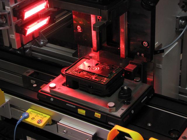 A vörös szín nyugtatólag hat -legalábbis az ellenőrző kamera stabilabban működik erős vörös fényben