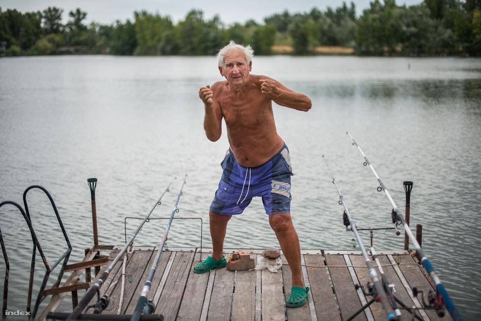 """Antal József a tórendszer nagy öregje, ő itt a legidősebb, 87 éves. Sokáig ő volt a halőr. Óbudán él, de márciusban, József-napon már készülődik, áprilistól októberig itt tölti a nyarat feleségével, Arankával. Júliusban a parton ünnepelték az 57. házassági évfordulójukat. Egy barátjuk idehívott egy tangóharmonikást, aki eljátszotta nekik a közös dalukat. Azt ami úgy kezdődik, hogy """"Ne hagyd el soha azt, ki téged szívből imád"""". Kétszer törték fel a nyaralóházukat. A betörők elvitték a gázpalackot, de még az alumíniumkanalakat is összeszedték. Őket legjobban az bántotta, hogy nagy volt a rombolás. De volt biztosításuk, a kár megtérült, az utóbbi tíz évben pedig, mióta van áram és így riasztó is, meg közvilágítás az úton, nem volt újabb betörés. József nagyon büszke a munkájára: a gyönyörű nyaralójukra és mindarra, ami kiépült a tó körül. 53 éve érkeztek ide, az elsők között. """"Itt szemétdomb volt. Itt egy dolog volt szép már akkor: a víz"""" - mutatott körbe. Azt is elmesélte, hogyan volt az, amikor minden eldőlt, mit mondott akkor a feleségének: """"Édes párom, nézzél körül, milyen szép a víz! Mama, ide kéne jöjjünk!""""."""
