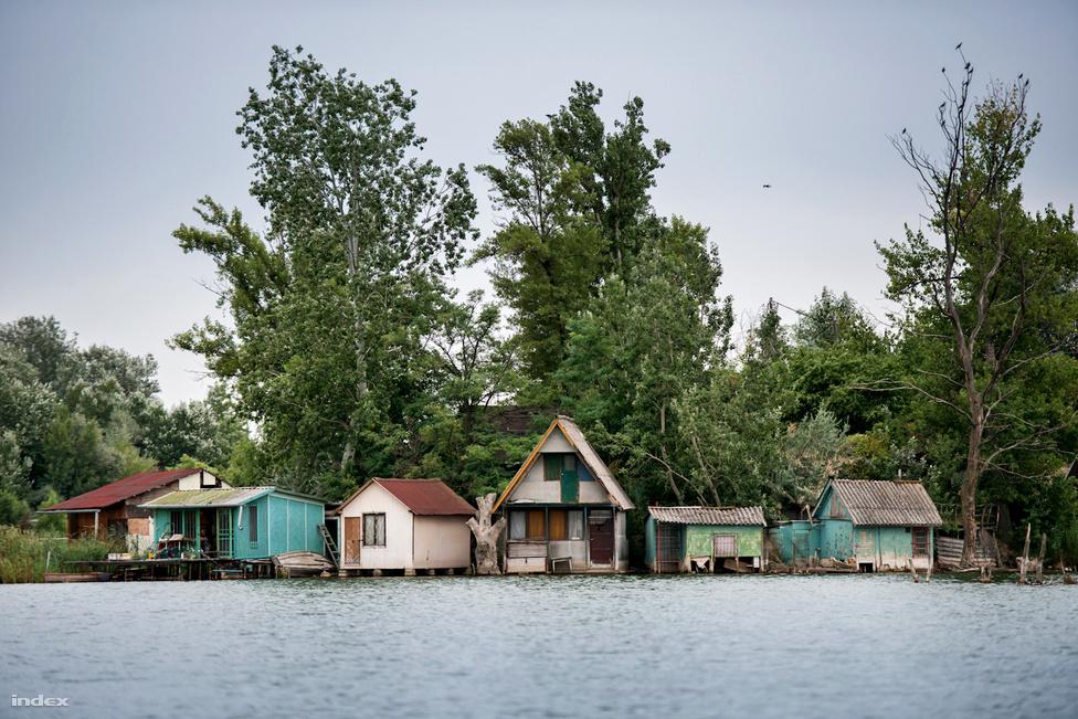 Árvízvédelem szempontjából a terület mentesített ártérnek számít. A környezetvédelmi programban elmagyarázzák, hogy amiről beszélünk, felszíni és felszín alatti víztest is egyben, mert a bányatavak tavakként jelennek meg, de vízutánpótlásuk a talajvízből történik. A vízszint az évek alatt 3-3 és fél métert emelkedett. A háztulajdonosoknak folyamatosan küzdeniük kell azért, hogy megvédjék a víztől, amit felépítettek. A közvetlen vízparti utakat mára már ellepte a tó, a nyaralók egy részét csak kalandosan lehet megközelíteni: csónakkal vagy leereszkedve a meredek partfalon, madzagba kapaszkodva.