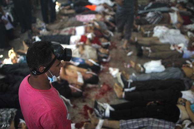 Holttestek hevernek összegyűjtve a reggeli összecsapások után