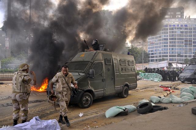 A tábor felszámolása mellett a rendőrök és a tüntetők az utcán is összecsaptak.