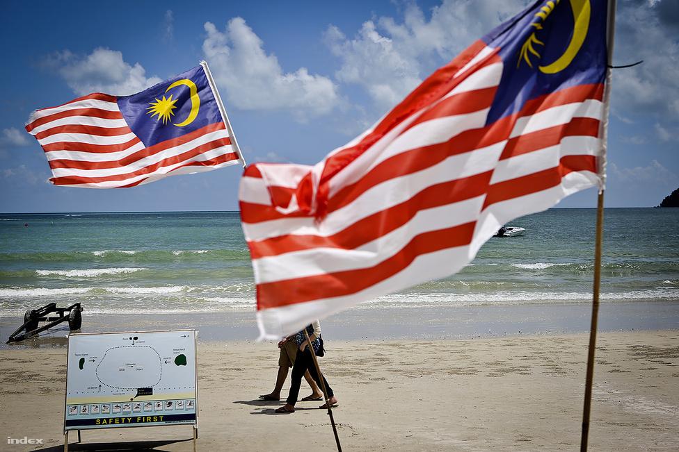 Malajzia Délkelet-Ázsiában található, az Egyenlítő közelében fekszik, egy körülbelül                         németországnyi területen. Két részből áll, a Maláj-félszigeten lévő Nyugat-Malajziából és a Borneó                          északi részén lévő Kelet-Malajziából. A két részt hatszáz kilométer választja el egymástól.