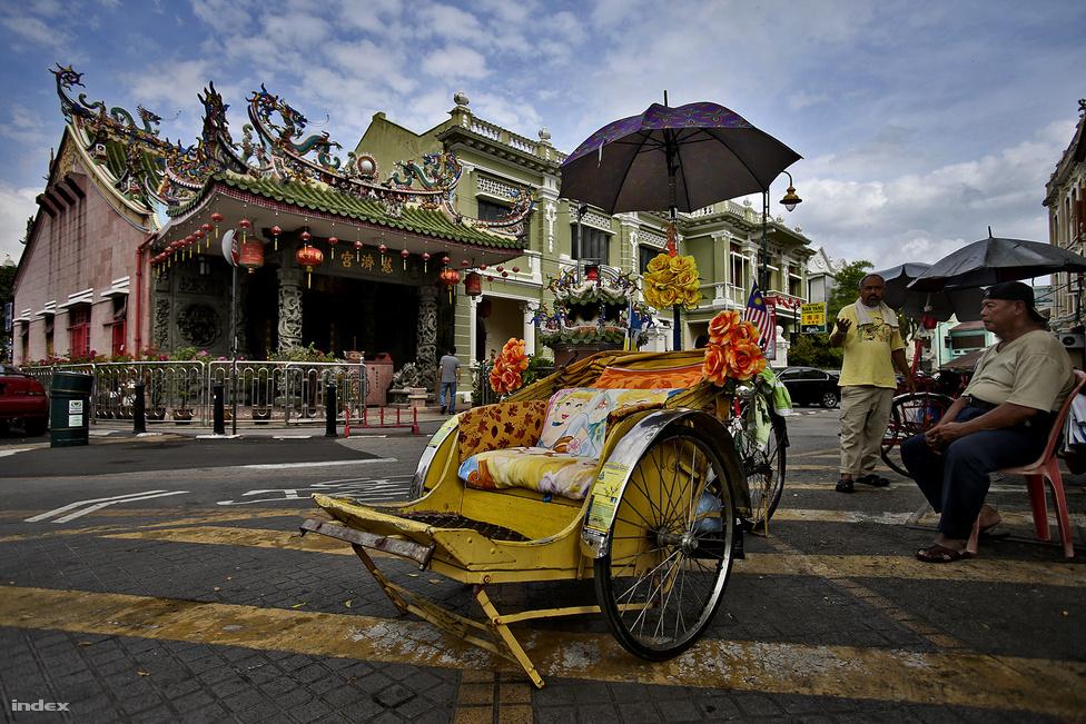 Penang a Maláj-félsziget északnyugati részén fekszik, a szárazfölddel egy 13,5 kilométeres                         híd köti össze. Az üdülési és lakhatási szempontból is népszerű sziget legnagyobb városa                           Georgetown. Gyarmati épületeiről és arról nevezetes, hogy óvárosa 2008-ban felkerült az                          UNESCO világörökségi listájára.