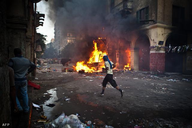 Égő barikád a Ramszesz téri mecset közelében