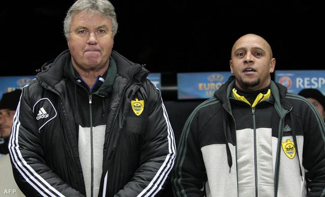 Gus Hiddink menedzser és Roberto Carlos, az Anzsi sportigazgatója a kispadon márciusban