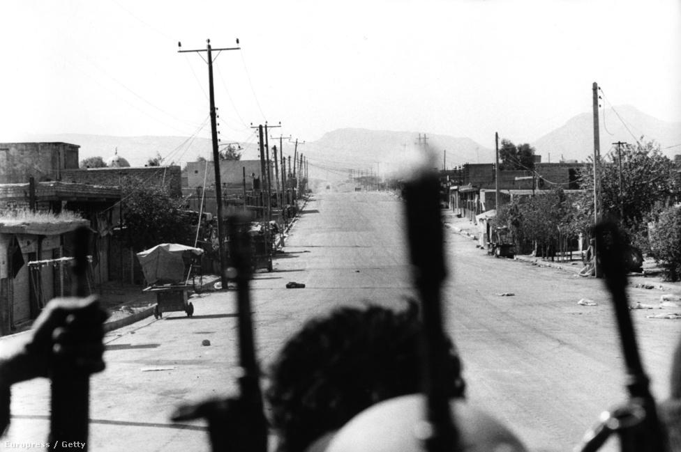 1980 szeptemberében hadüzenet nélkül indított támadást az iraki hadsereg Irán ellen. A légi támadás után az irakiak széles frontot nyitottak Iránnal szemben és mélyen benyomultak az országba. Már az első hónapokban megmutatkozott viszont, hogy az iráni hadsereg képes reagálni a támadásokra: a légierő sikeresen bombázott sok iraki olajfinomítót, kikötőt és a hadsereg utánpótlása szempontjából fontos gyárat, de az iraki hadsereg technikai felkészültsége az egész háború alatt jobb volt.