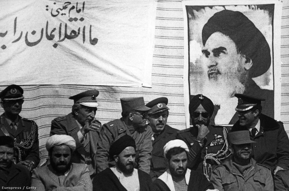 1979-ben a sah nyugatbarát és gazdaságilag sikeres, de diktatórikus rendszerét elsodorta a forradalom és Khomeini ajatollah került hatalomra.                         A forradalom nyomán kitört belpolitikai válság meggyengítette az országot. A sahhoz hű hadsereget lefejezték, a vezetőket elűzték vagy kivégezték. Ráadásul az amerikai nagykövetségen kialakult túszdráma és az ország új vallási vezetésével szembeni ellenszenv miatt a nyugati fegyverek utánpótlása is kimerült.