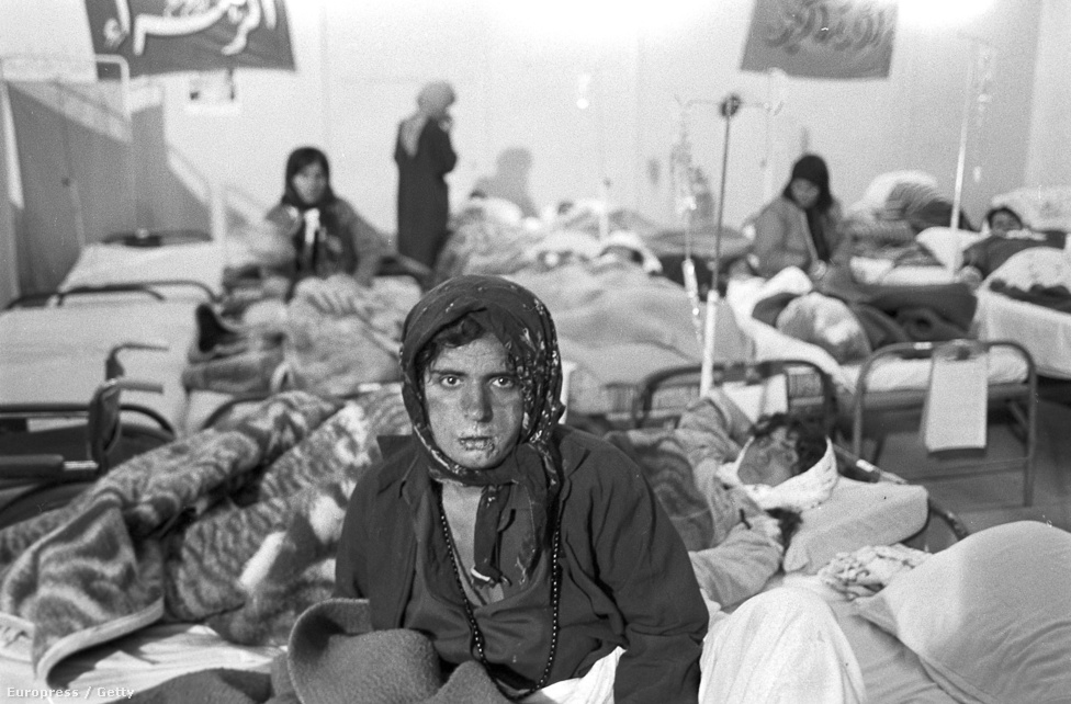 Irakból elmenekült kurd nő Iránban, aki túlélt egy vegyi fegyveres támadást. Irak a vegyi fegyverekkel nem csak Iránt, de miután békét kötött az országgal, a saját területén élő kurdokat is támadta. A háború lezárása után, kevesebb, mint egy hónap alatt ötvenezer kurdot irtott ki az iraki hadsereg. A kurd kisebbség ma is több ország területén él, saját államuk nincs.