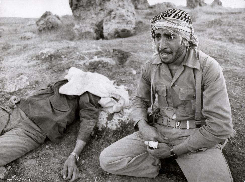 Egy iráni Forradalmi Gárdista siratja elhunyt bátyját, aki az iraki légitámadás miatt kialakult tűzben vesztette életét. A katona visszatért testvére holttestéért, hogy el tudja temetni. A háborúban összesen kétmillióan haltak meg. 1982-ben Szaddám fegyverszünetet javasolt Iránnak, de Khomeini ajatollah visszautasította ezt és a további támadás mellett döntött, az irániak bevonultak Irakba.