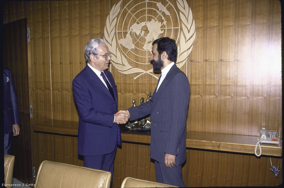 A háborúban csak Irak vetett be vegyi fegyvereket, többek között mustárgázt és szarint, legalább százezer iráni halt meg vegyi támadásban. Az ENSZ a háború alatt megállapította, hogy vegyi fegyvereket vetettek be a háborúban, de nem tette nyivánvalóvá, hogy ilyen eszközöket csak Irak alkalmazott. Ennek oka az volt, hogy a nyugati hatalmak Irakot támogatták a konfliktusban. Javier Perez de Cuellar ENSZ-főtitkár (bal) kezet fog Ali Akbar Velayati (jobb) iráni külügyminiszterrel, a főtitkár segítette a béketárgyalásokat.