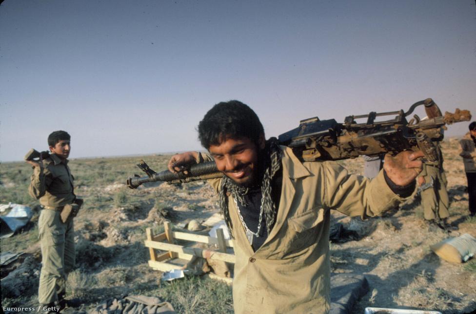 Iráni katona a sivatagban. Az iráni hadsereg szegényesen volt felfegyverezve, mert nem kapott külső segítséget és a sah alatt beszerzett nyugati fegyverekhez sem tudtak alkatrészeket venni. Ezt a hátrányt a katonák fanatizmusa és lelkesedése egyenlítette ki.