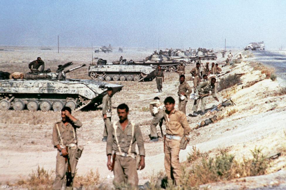 Iraki katonák a Shatt-al-Arab folyó közelében. Irak és Irán kapcsolatát évszázadok óta viszályok terhelték, hogy melyik országnak van nagyobb befolyása, de az egymás területén élő vallási kisebbségek helyzete is időről időre konfliktusokat szült. A határfolyó feletti kontroll megszerzése is konfliktusforrás volt. A hetvenes években, a nyugatbarát Mohammed Reza Pahlavi sah idején Irán főleg amerikai támogatással a világ egyik legerősebb hadseregét hozta létre, ezzel megszerezte a folyó feletti kontrollt.