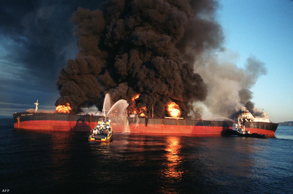 """Mivel mindkét ország gazdag olajlelőhelyekben, a háború az olajszállító tankereket is érintette. 1984-ben Irak iráni olajszállító hajókat támadott meg, ezzel kezdetét vette a """"tanker-háború"""". Irak ezzel akarta kiprovokálni, hogy Irán zárja le az olajszállításban kulcsfontosságú Hormuzi-szorost. A háttérben Irak-barát USA ugyanis többször hangsúlyozta, hogy a szoros lezárása esetén beavatkozna a háborúba. Az USA védelmet biztosított a térségben mozgó semleges olajszállító hajóknak, kivéve azoknak, amelyek iráni kikötőbe tartottak. Irán azzal vádolta az Egyesült Államokat, hogy Irakot segíti ezzel."""