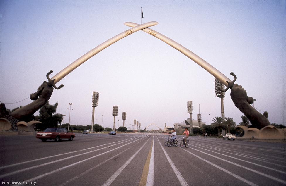 A háborúban elhasznált fegyverekből öntött győzelmi boltív Irak fővárosában, Bagdadban. A háborút egyik fél sem nyerte meg, a harcok után a két ország visszavonult az eredeti határai mögé. Az ENSZ békefenntartókat küldött a két ország határára, ők 1991-ig voltak itt. A bagdadi győzelmi ívet részben a harcban elesett iraki katonák fegyvereiből készítették, a két kardot tartó kezet pedig Szaddám Huszein kezeiről mintázták.