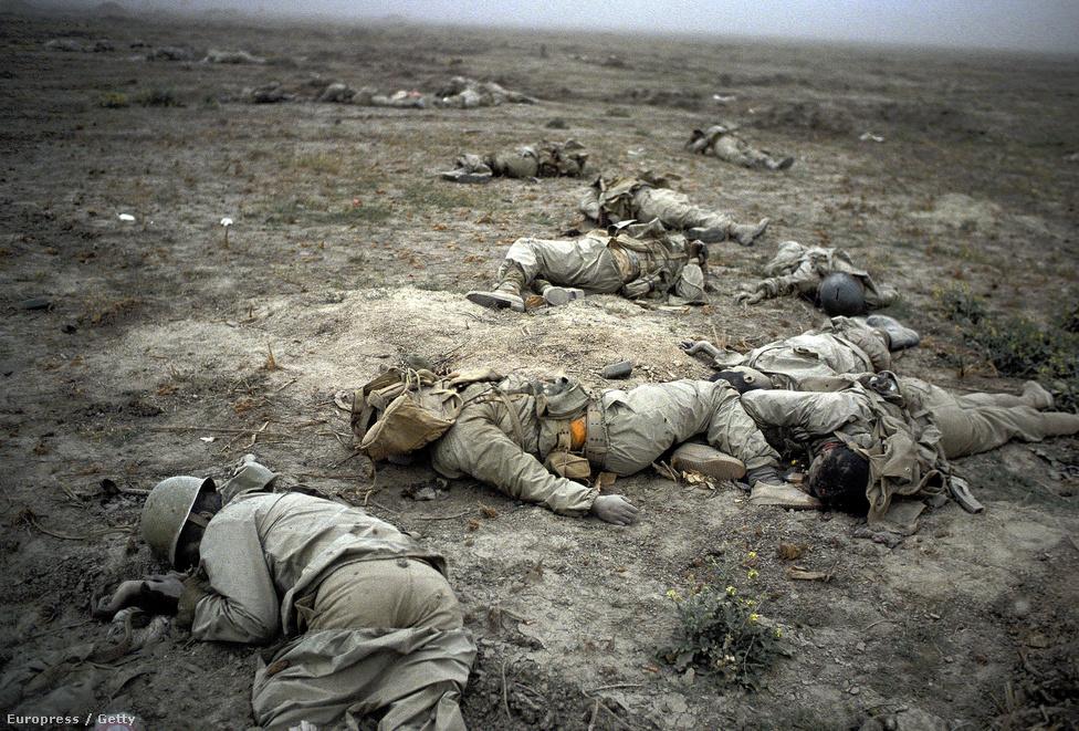 Az irak-iráni háborúban alkalmazott taktika leginkább az első világháborúra emlékeztetett. Lövészárkokat, szögesdrótos akadályokat és tömeges gyalogosrohamokat indítottak egymás ellen a felek. Irak vegyi fegyvereket is bevetett katonák civilek, sőt a saját területén élő kurd kisebbség ellen is.