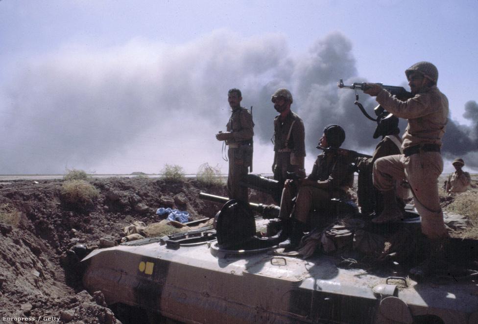 """A háború egyik legvéresebb csatája Khorramshahrban volt, ahol hétezren haltak meg mindkét oldalon. A csata után az irániak a """"vér városának"""" nevezték a települést. A várost iraki légicsapással támadták, majd tankok és a gyalogság foglalta el a települést. Az irániak utcáról utcára hagyták hátra a várost, a képen a település környékén állomásozó iraki katonák láthatók."""