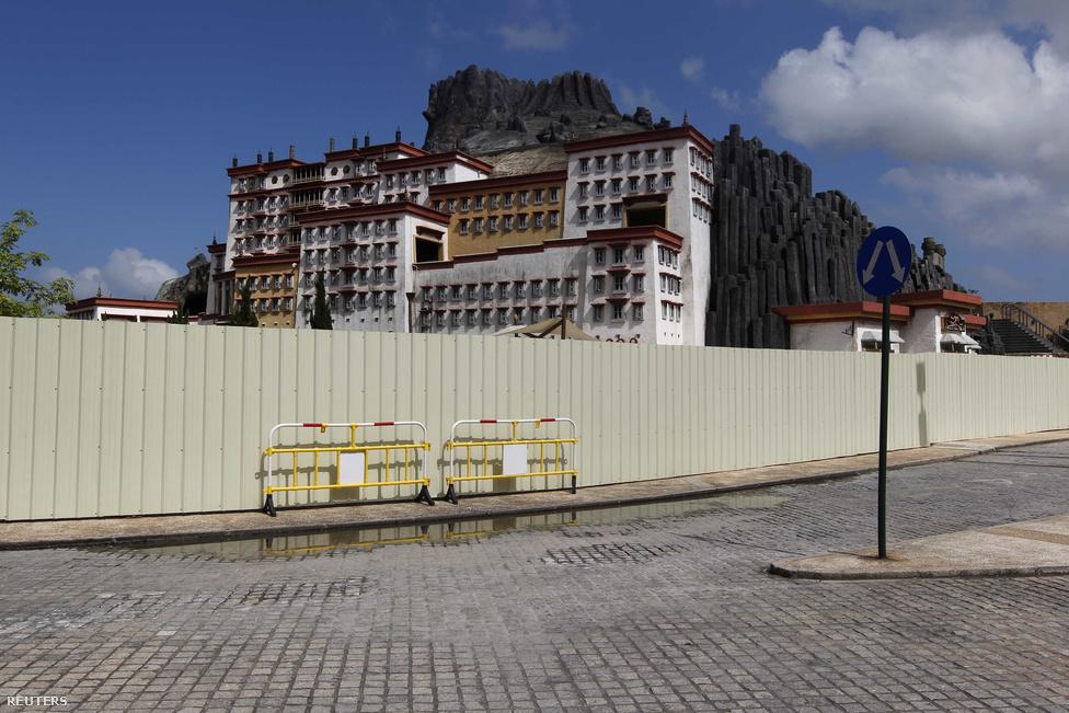"""A makaói tengerparton álló, nagyjából Margitsziget méretű Fishersman's                          Wharf szórakoztató központban David Chow üzletember több ikonikus épület, így                          a tibeti Potala palota mását is felépítette egy mesterséges vulkán mellett.                          """"Nem akarom, hogy Makaóról az ázsiai Las Vegasként beszéljenek. Ez egy egész                          más úticél, más piaccal"""" – mondta még hét éve, a központ átadásakor. A magyar                          Operaház felépítését is tervbe vették a parkban, amiből azonban nem jött                          vissza a várt haszon, így inkább átalakítják egy kaszinókomplexummá."""