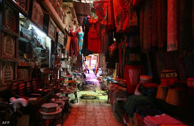 Az elnéptelenedett Khan al-Khalil bazár, a turisták kedvelt helye amikor épp nincs az országban véres forradalom