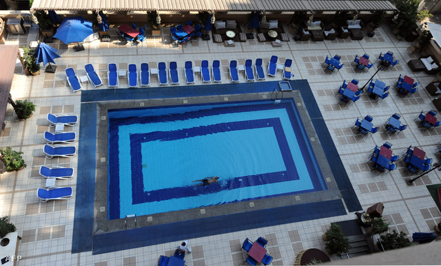 Egyetlen turista úszkál egy kairói szálloda medencéjében