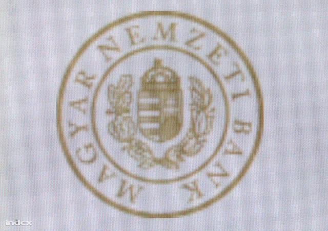 Az MNB új logója egy mobiltelefon kijelzőjén