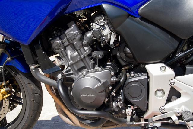 A Honda CBR600F motorja volt a kilencvenes években. Változtatások után, csökkentett teljesítménnyel és egyenletesebb nyomatékleadással szolgál a CBF-ben