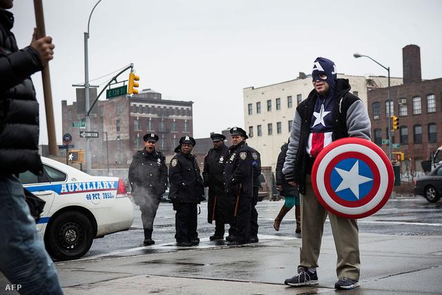 Amerika kapitánynak öltözött férfi tüntet a stop-and-frisk gyakorlat ellen New Yorkban