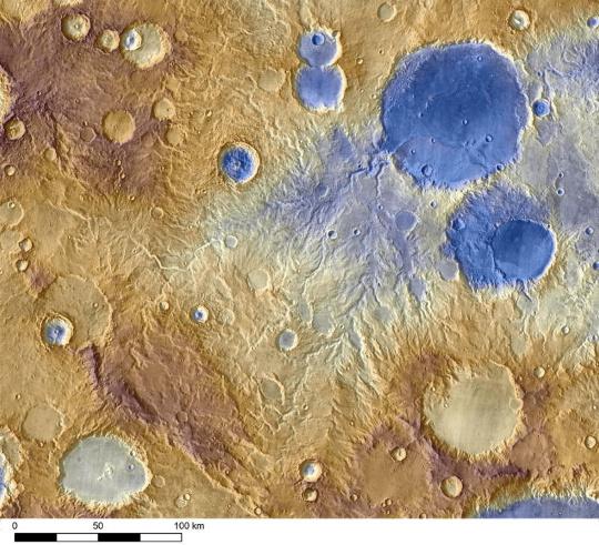 Víz vájta völgyek a vörös bolygón a Mars Odyssey űrszonda felvételén. A völgyrendszerek kialakulását az egykori csapadékos időjárás, illetve a hegyek oldalán lefolyó, olvadó hó okozhatta (forrás: NASA).