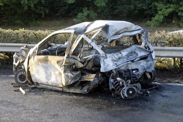 A balesetben kiégett Fiat Kerekharasztnál, 2012. aug. 21-én