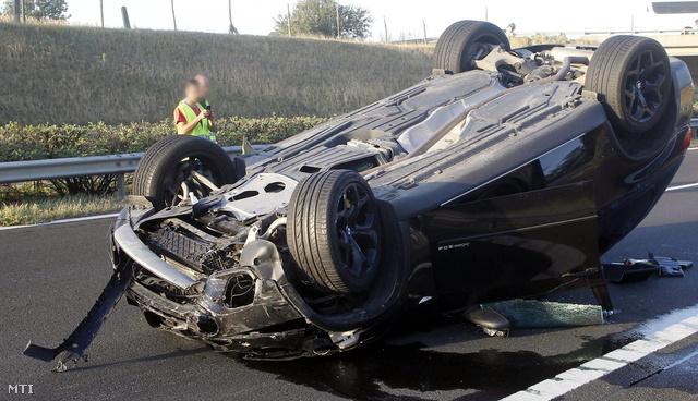 Varholikova-Rezešová felborult autója a baleset helyszínén