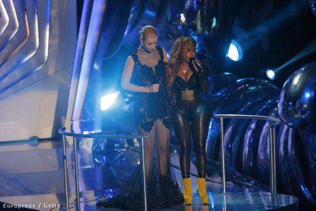 Lil' Kim a Video Music Awards színpadára érkezik konferálni