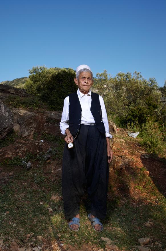A Kanun a nőket férjeik tulajdonaként tartja számon, és a szabályai szerint például a dohányzás, az ivás, a munkavállalás, az autóvezetés, a szavazás, vagy a nadrág viselése kizárólag a férfiaknak megengedett. Az elmúlt évszázadokban a lányok egyes észak-albániai közösségek körében a Kanun szabályainak megfelelően nem szerelemből kötöttek házasságot, hanem a közösség idősei rendezték el frigyüket. Gyakran náluk sokkal idősebb férfihoz kellett hozzámenniük, és családjuktól messze lévő településekre kellett költözniük. A fiú örökös nélküli családok elvesztették vagyonukat és azzal együtt társadalmi megbecsülésüket is.