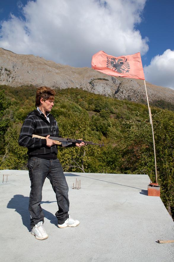 """Jill Peters a szüzekről szóló fotósorozatán még mindig dolgozik, dokumentumfilmet is forgat róluk. Személyiségi jogokra hivatkozva nem árulta el nekünk, hogy pontosan hol és kikről készítette portréit, csak annyit árult el, hogy Észak-Albániában készítette a képeket. A fotós szerint a szüzességi fogadalommal nemet váltó nők több száz éve élnek az albán Alpok környéki kis falvakban, de egyre kevesebben, mostanra mindössze """"maroknyian"""" vannak. A modern társadalmi struktúrákhoz képest ósdinak tekinthető Kanun jelentősége is jócskán megcsappant a térségben. Antonia Young, a University of Bradford kutatója több mint egy évtizedig vizsgálta a témát, becslése szerint a kilencvenes évek elején körülbelül 100 szűz férfiként élő nő élt Albániában."""